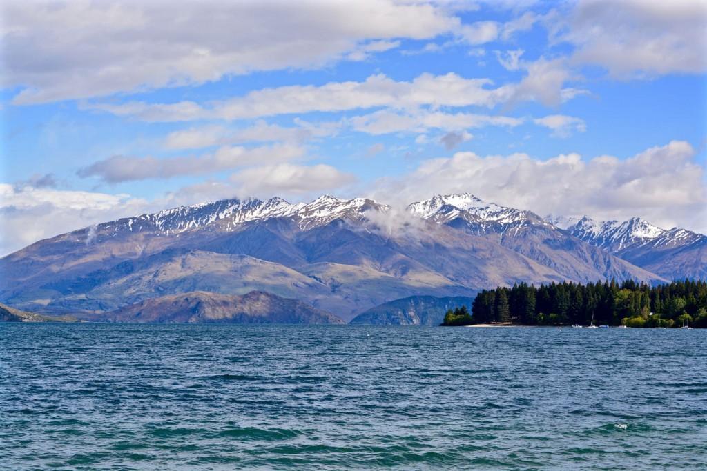 Lake Wanaka with mountain range in the back