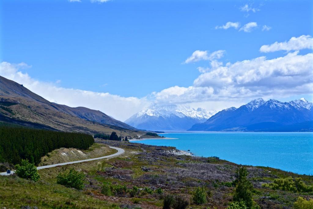 Road next to Lake Pukaki in front of a mountain range
